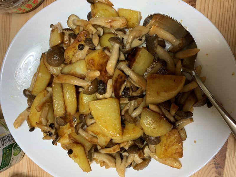 男子が簡単に作れる料理 ポテトとシメジのマヨネーズ炒め
